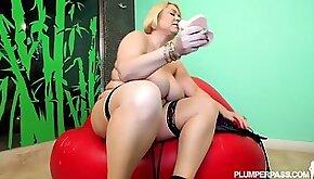 Samantha sticking a dildo into her plumper vulva