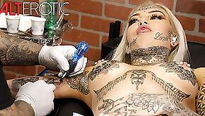 Amber Luke masturbates while getting tattooed
